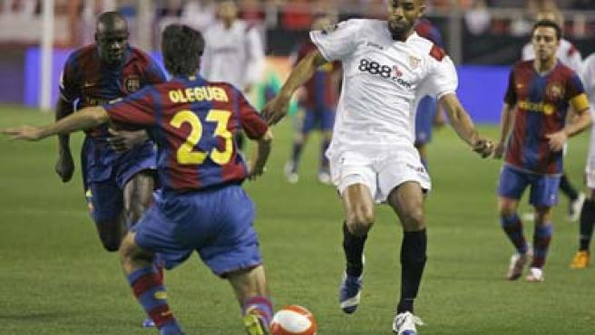 Oleguer y Thuram, del Barcelona, tratan de frenar a Frederic Kanoute, del Sevilla.