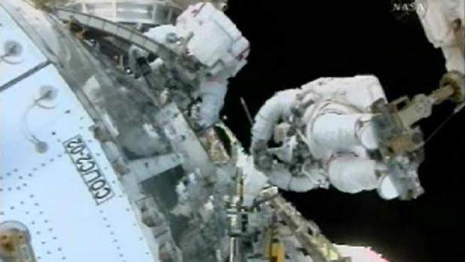 Rex Walheim y Stanley Love, durante los trabajos para instalar el Columbus. (NASA).