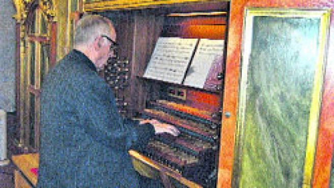 El padre Ayarra ensaya en el órgano de Los Venerables, construido en 1991 por el alemán Gerhard Grenzing. (M.F)