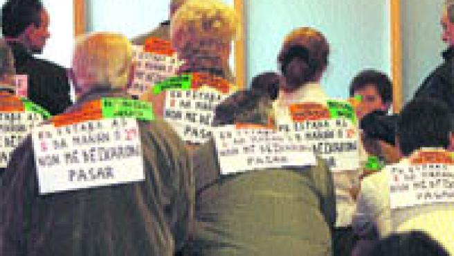 Vecinos de Sárdoma y A Salgueira dieron la espalda a los miembros del pleno (Laura González).
