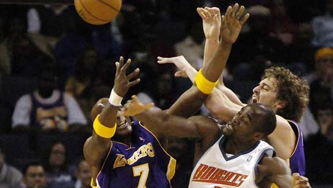 Los 'lakers' Lamar Odom y Pau Gasol luchan con Emeka Okafor, de los Bobcats, por un rebote. (Robert Padgett / Reuters).