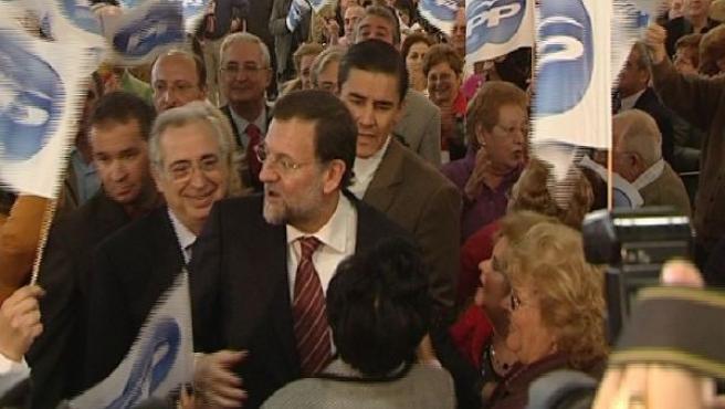 Rajoy rodeado de simpatizantes de la ciudad autónoma (LUIS LÓPEZ).