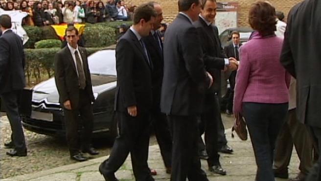 El presidente del Gobierno, José Luis Rodríguez Zapatero, ha sido abucheado por decenas de personas a su llegada a Toledo.