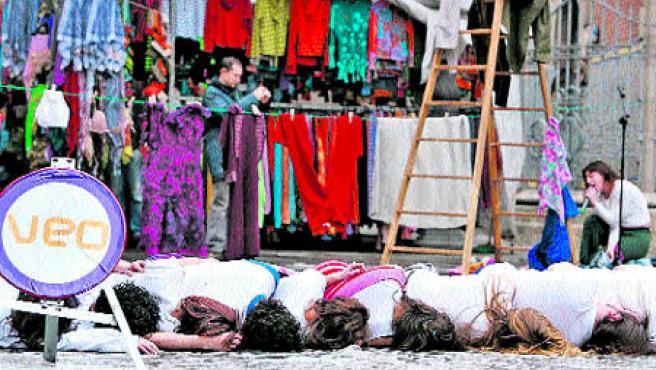 Un concierto de una treintena de lavadoras (sobre estas líneas) abrió ayer el Festival València Escena Oberta (P. Llópis / M. Bruque / EFE).