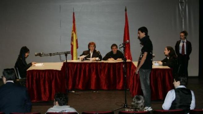 Estudiantes del Instituto Grande Covián de Arganda, ayer, en un momento del juicio.