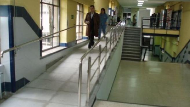 Se han instalado una serie de rampas para salvar las escaleras.