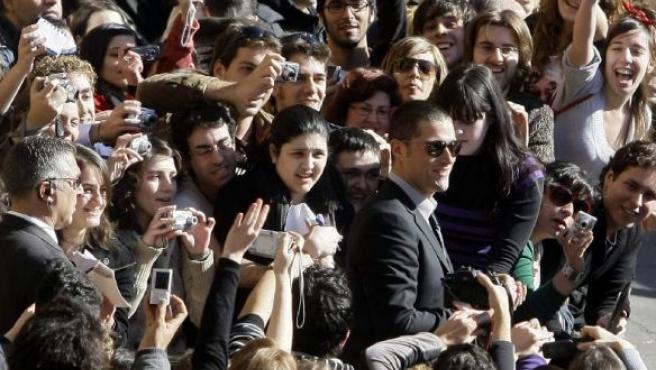 El actor Matthew Fox se dio ayer un auténtico baño de multitudes en la Plaza Mayor de Salamanca.
