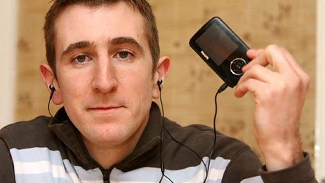 Darren Nixon posa con el MP3 que confundieron con una pistola. (Daily Mail)