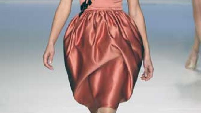 Vestido con falda huevo y cuerpo con pedrería , diseño de la colección de Juanjo Oliva.