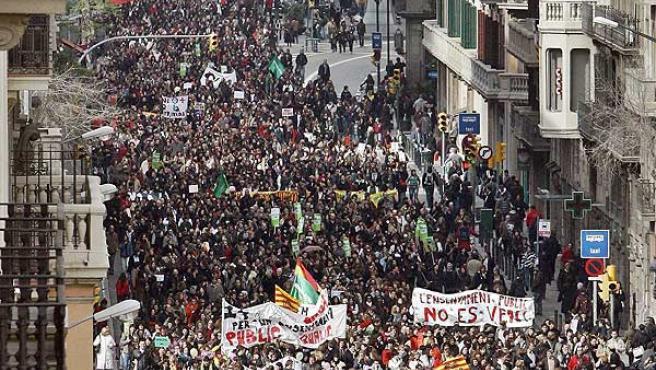 Alrededor de 50.000 docentes y estudiantes se han manifestado hoy por el centro de Barcelona(EFE/Alberto Estévez).