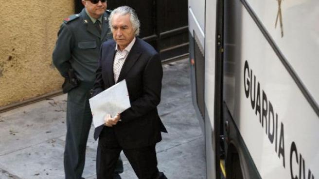 Pedro Román, a su llegada al Juzgado de lo Penal número 7 de Málaga, el pasado mes de noviembre de 2007. (JESÚS DOMÍNGUEZ/EFE)
