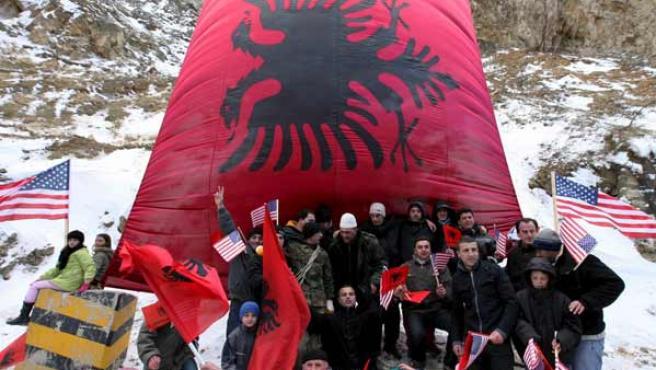 Varios albaneses ondean banderas de su país y de Estados Unidos en Kacanik, Kosovo.