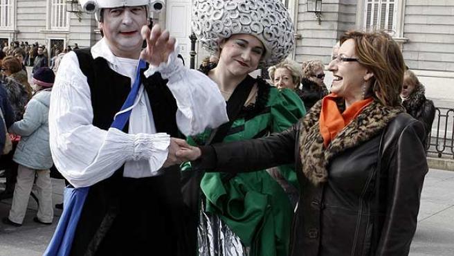 Dos de los participantes en el espectáculo al aire libre de Comediants, organizado por el Teatro Real en Madrid.