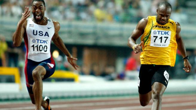 El estadounidense Tyson Gay (izq) se impone al jamaicano Asafa Powell en los 100m lisos de los Mundiales de Osaka (Japón).