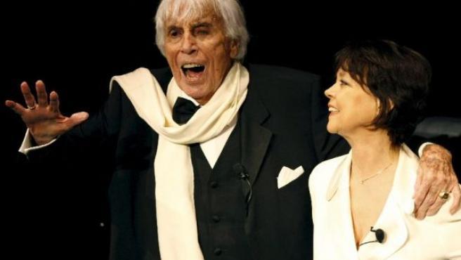 El cantante y actor holandés Johannes Heesters y su esposa saludan al público el pasado sábado (EFE).
