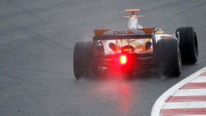 El monoplaza de Alonso, en el circuito de Montmeló (Efe).