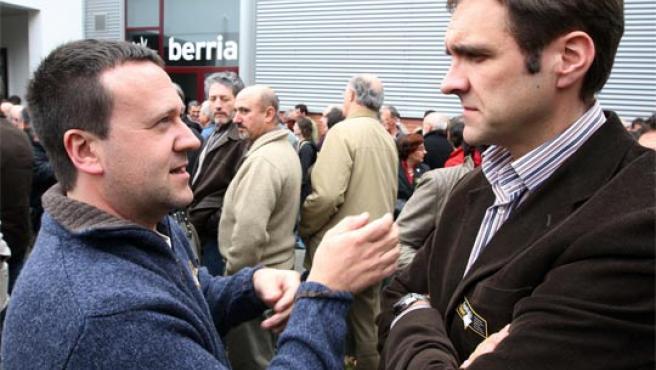 El presidente de Eusko Alkartasuna, Unai Ziarreta (d), conversa con el dirigente de ANV Antxon Gómez. (Foto: Efe).