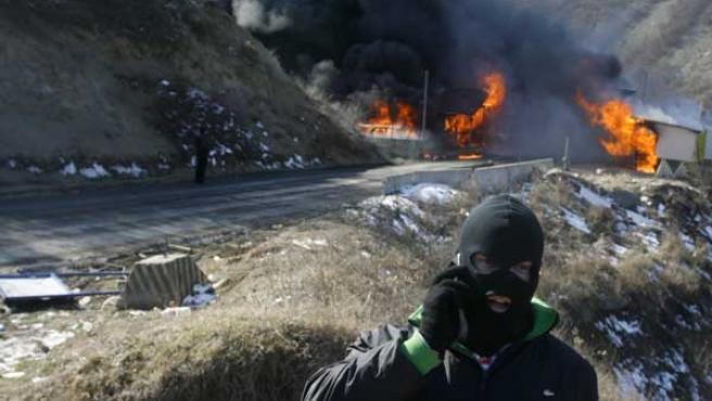 Un serbio, tras quemar un puesto fronterizo entre Serbia y Kosovo (MARKO DJURICA / REUTERS).
