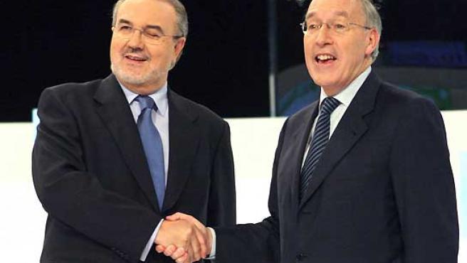Pedro Solbes y Manuel Pizarro se estrechan la mano antes del debate electoral sobre economía. (Bernardo Rodríguez / EFE).