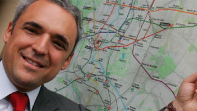 Rafael Simancas señala la estación del metro de Madrid con su nombre (Jorge París)