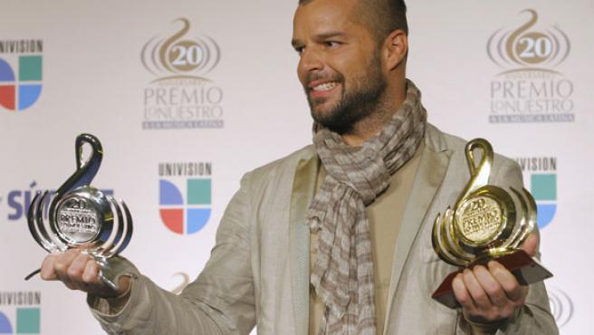 Ricky Martin con sus premios tras la gala de Univisión.
