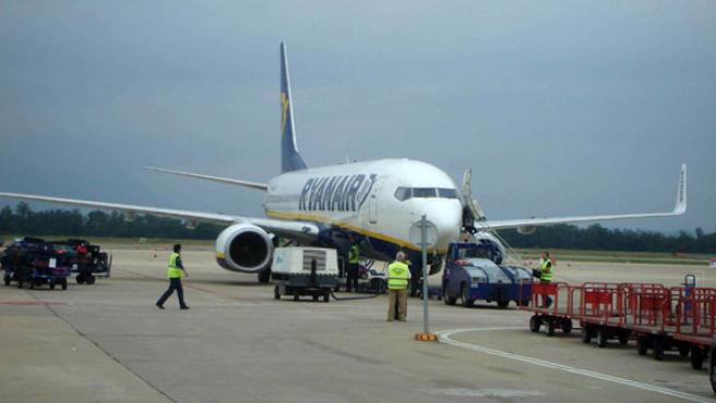 Avión de Ryanair en la pista del Aeropuerto de Girona