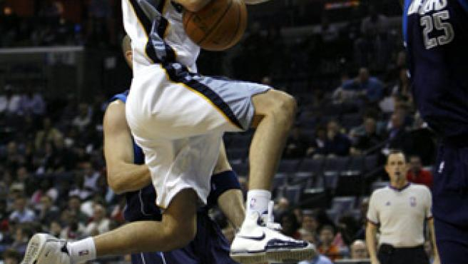 El jugador español de los Grizzlies de Memphis Juan Carlos Navarro (c) pierde el balón ante la marca de Erick Dampier (d), de los Mavericks de Dallas. (MIKE BROWN / EFE)