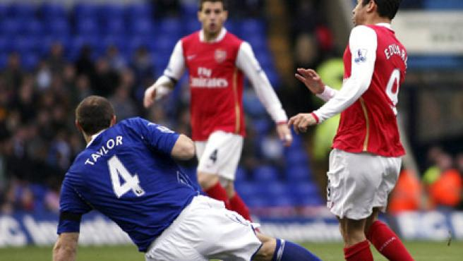 Martin Taylor (izq.) lesiona de gravedad a Eduardo Da Silva, del Arsenal. (REUTERS)