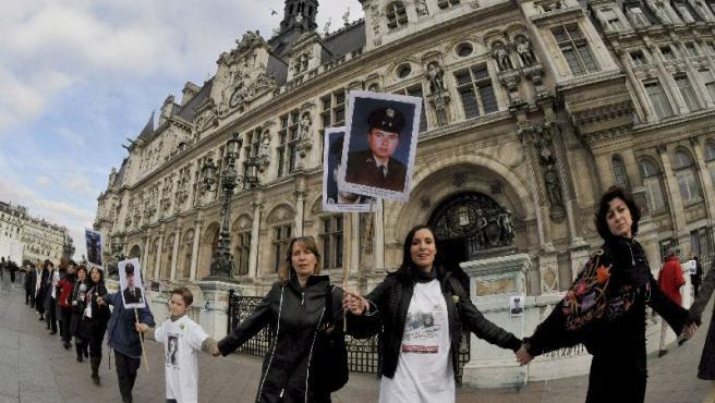 Varias personas forman una cadena humana durante la manifestación por el sexto aniversario del secuestro de Ingrid Betancourt.