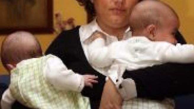 Sonia, con sus mellizos, de casi cuatro meses