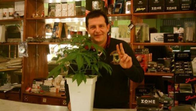 Fermín Les junto a una planta de marihuana. J.A/20MINUTOS
