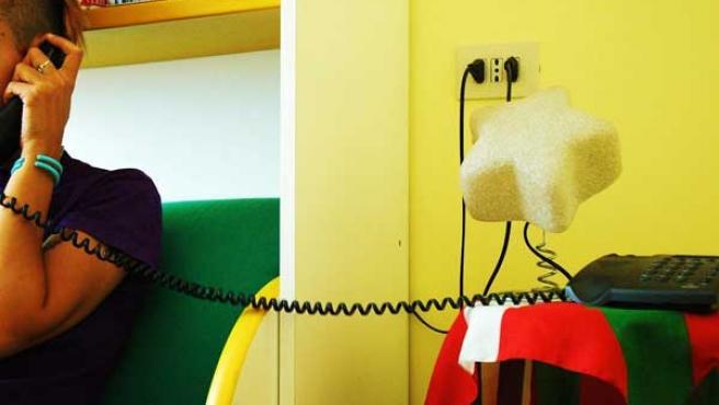 Un joven habla por teléfono.
