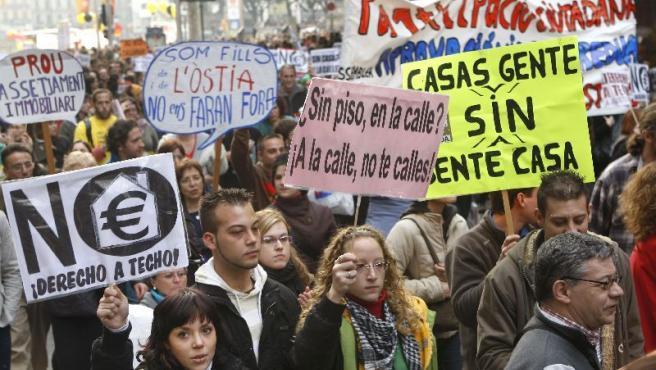 Distintos lemas en una manifestación de jóvenes en Barcelona por una vivienda digna.
