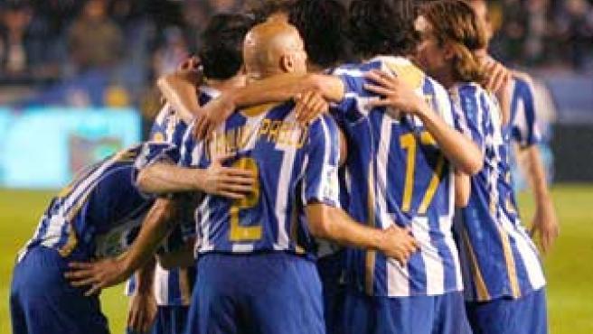 Los jugadores del Deportivo de la Coruña celebran un gol abrazados.