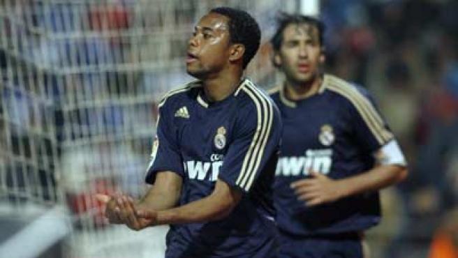 El delantero del Real Madrid Robinho celebra uno de sus goles con el Madrid.