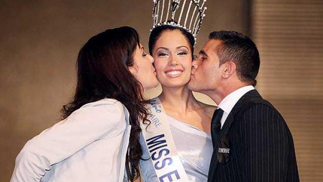 Los padres de Patricia Rodríguez la besan tras coronarse como Miss España 2008.