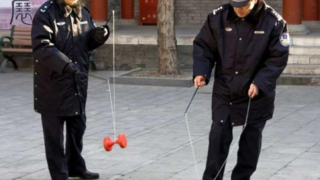 Dos policías chinos en las calles de Pekín (EFE).