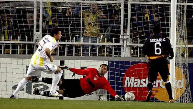 Kezman (i) marca un gol a Palop. (Efe)