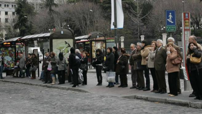 Colas en las paradas de autobuses (FOTO: JORGE PARÍS)