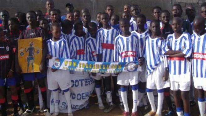 Los jóvenes senegaleses que forman la escuela, vestidos con la indumentaria del Recreativo.