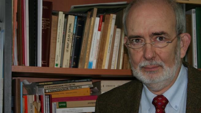 El arabista Jorge Aguade, en su despacho de la Facultad de Filosofía y Letras. M. V.