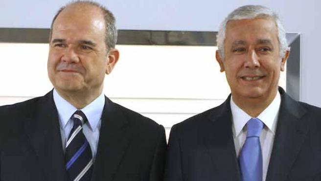 Los candidatos del PSOE y del PP Manuel Cháves y Javier Arenas, antes de iniciarse el debate. (EFE)