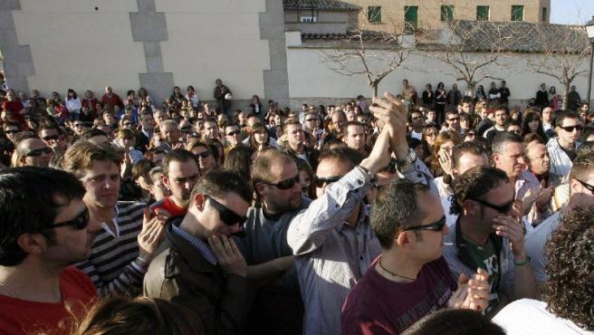 Unas dos mil personas se concentraron en la Plaza de la Virgen de los Remedios, en Sonseca, para repudiar la agresión.