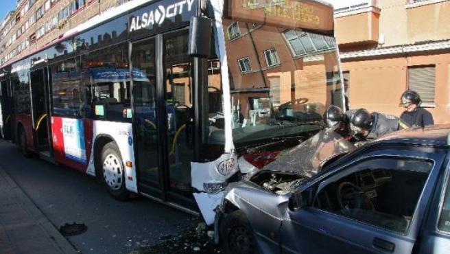 El fuerte impacto, además de los tres heridos, causó graves daños en ambos vehículos.