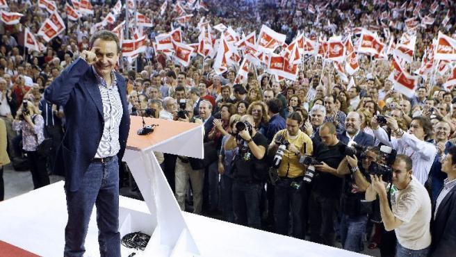 Zapatero, saluda con el gesto característico de su campaña antes de intervenir en un mitin en Las Palmas. SERGIO BARRENECHEA / EFE