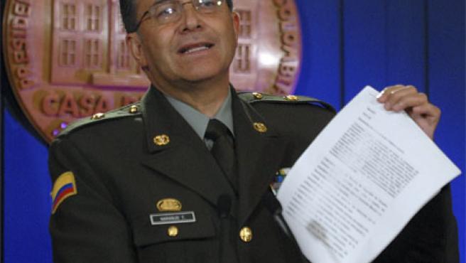 El director general de la Policía colombiana muestra uno de los documentos incautados del ordenador de Raúl Reyes (Foto: Reuters).