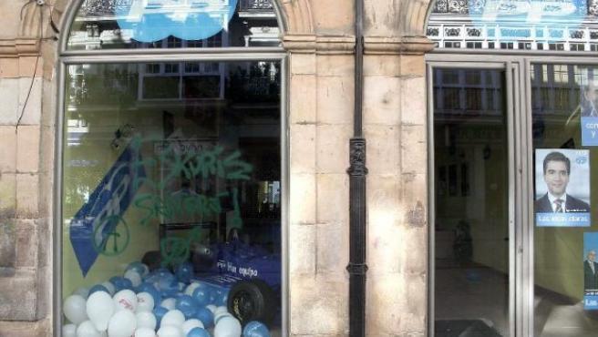 Pintadas en la fachada del local de campaña del Partido Popular en Palencia, en la Calle Mayor, número 22.