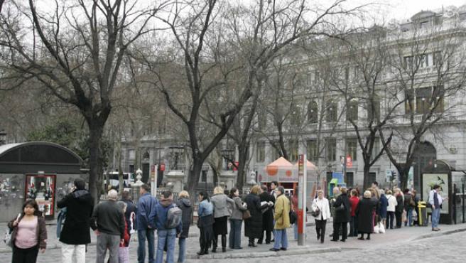 Viajeros esperando el autobús durante una de las jornadas de huelga (FOTO: J. PARÍS)