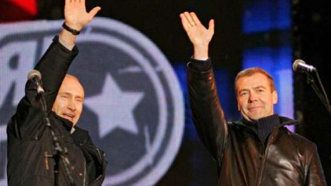 Vladimir Putin y Dmitry Medvedev saludan a los asistentes a un concierto en la Plaza Roja en Moscú. (EFE/VLADIMIR RODIONOV)