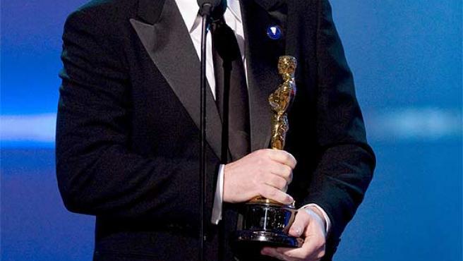 El director de 'Ratatouille', Brad Bird, recoge el Oscar a la mejor película de animación.
